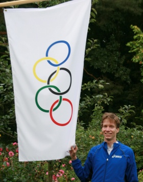 Carsten mit Olympischer Flagge im Garten der Eltern