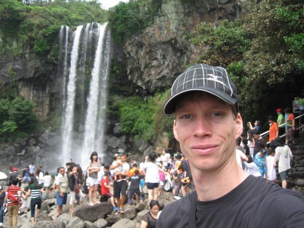 Carsten Schlangen am Jeongbang Wasserfall