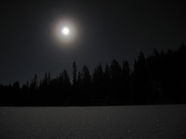 Mondschein über zugefrorenem See in Ruka (Finnland)