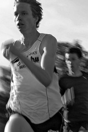 TAZ - Leibesübungen - Ein Mann läuft nach oben